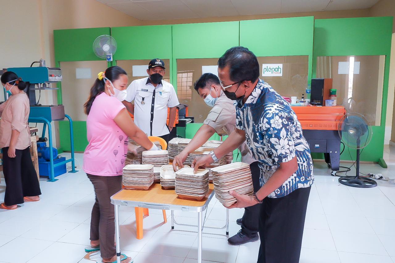 Panitia Kurban Bayung Lencir Borong Kontainer Pelepah Pinang